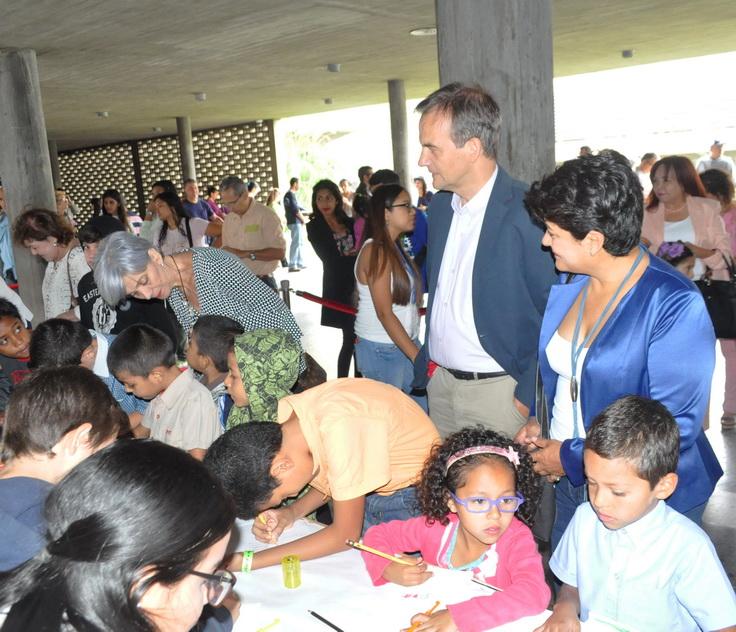 Representantes del Reino de los Países Bajos en Venezuela observan y comparten con los niños en el marco de #InMemoriam2018