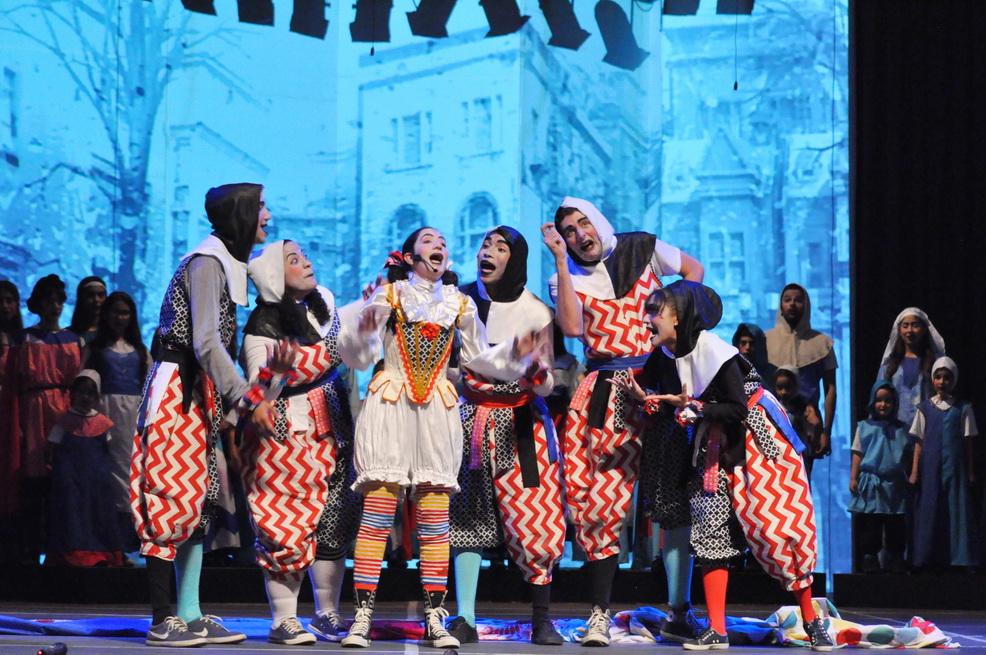 Los súbditos del Reino del Garabato junto a Anti, la asistente del Rey, papel interpretado por la actriz Mercedes Benmoha (@mercedesbenmoha)  van aprendiendo buenas lecciones gracias a los valores que conforman el musical #Canto+Juego+Coexisto de #EspacioAnnaFrank