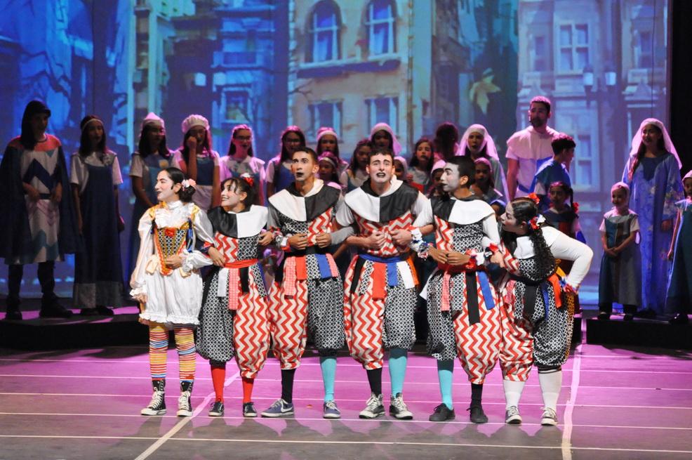 Los actores de la escuela de teatro Mario Sudano durante su participación en el musical #Canto+Juego+Coexisto