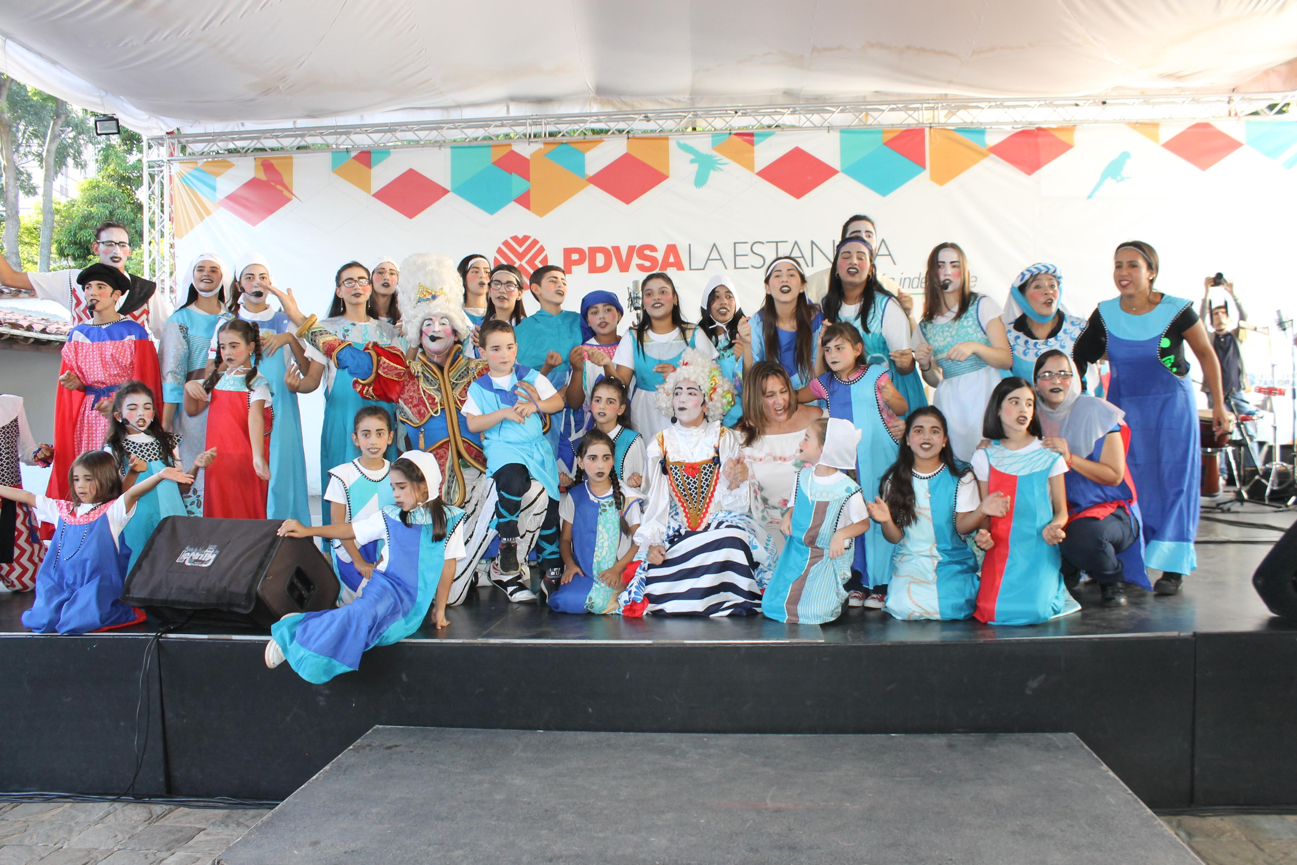 El elenco del musical Canto + Juego + Coexisto posa satisfecho