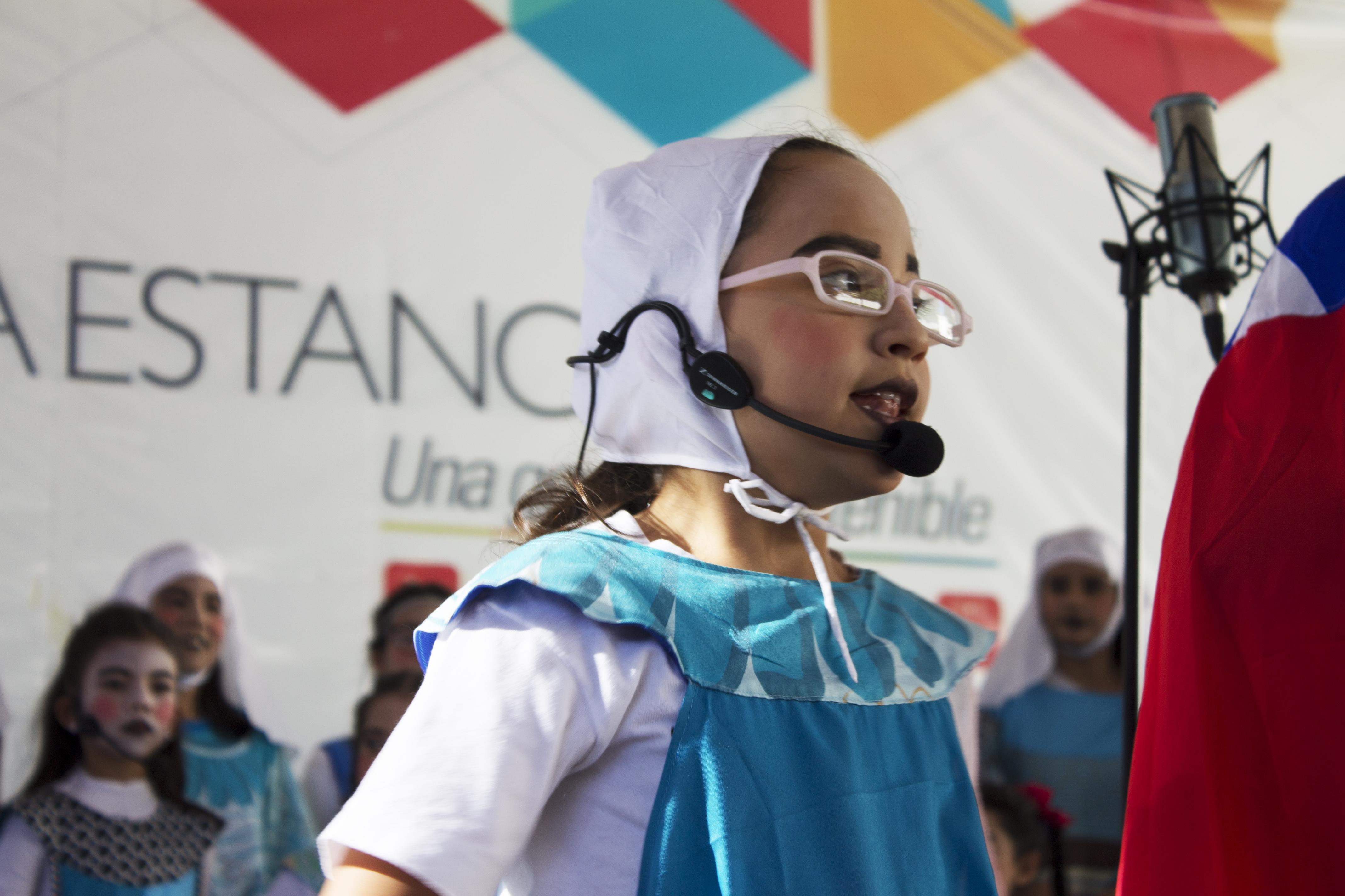 Una niña del Coro Infantil y Juvenil de la UCV