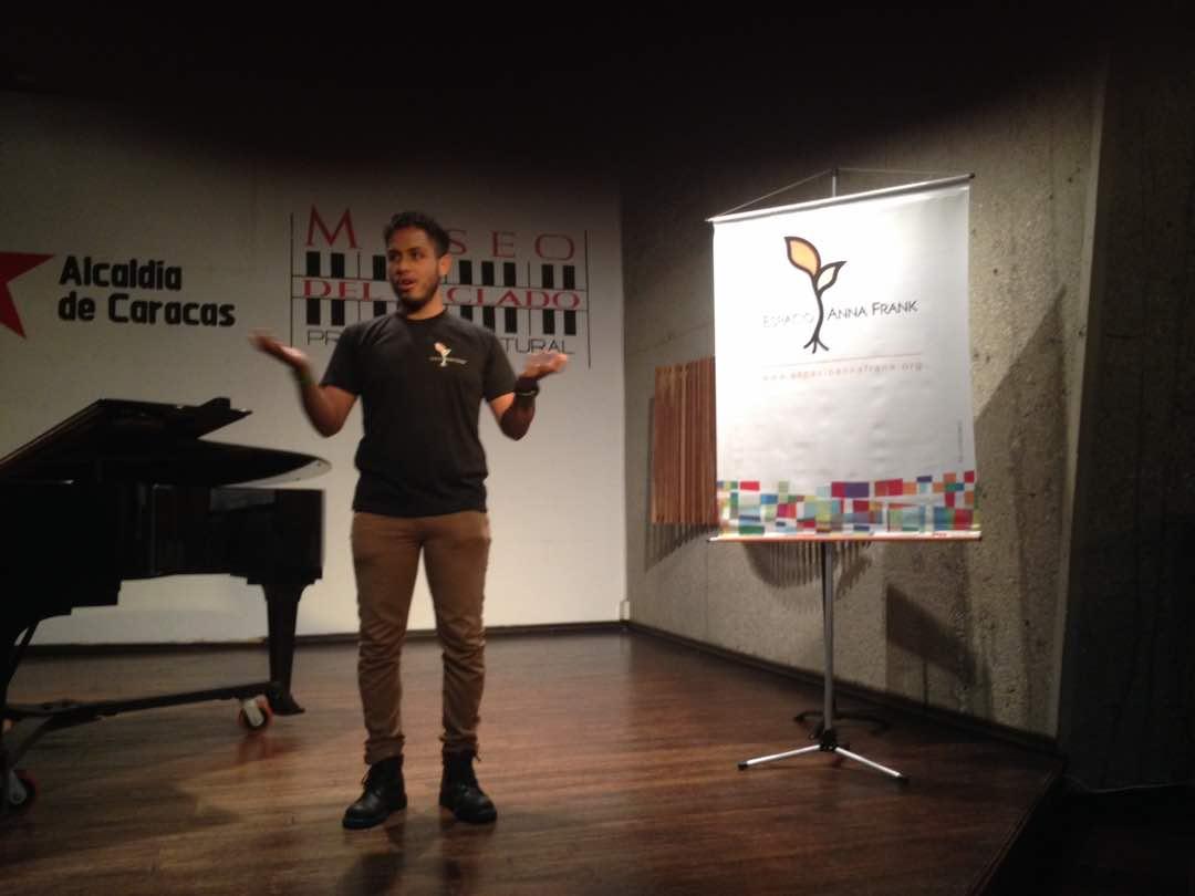 """Elías Zurita, coordinador de Juventud de EAF, presenta el evento """"Caracas Concertada"""". Foto: Alba Rondón, Museo"""