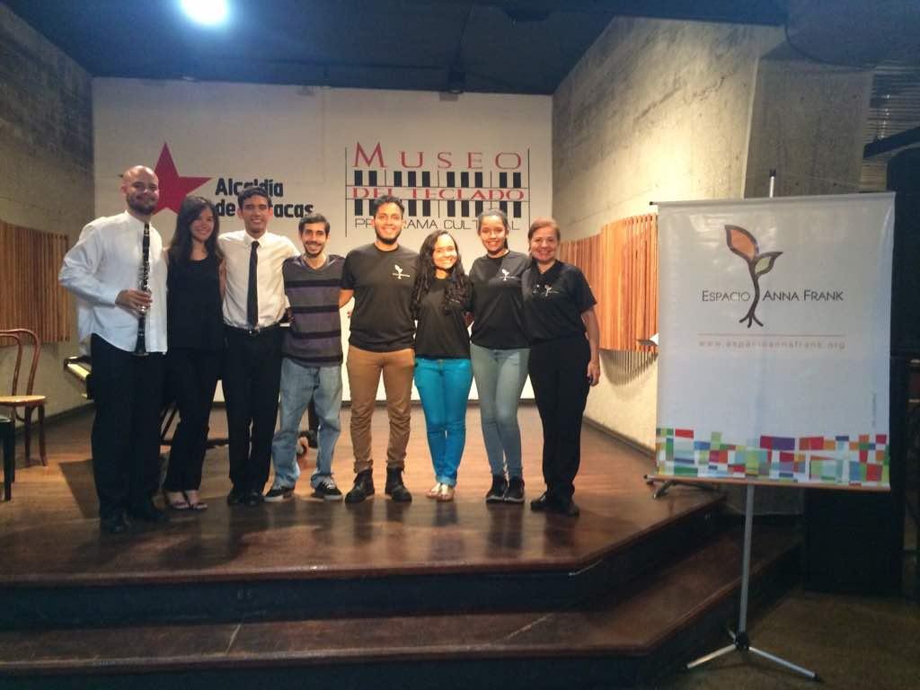 Parte del equipo de Espacio Anna Frank al finalizar el concierto del martes en el Museo del Teclado Foto: Alba Rondón. Museo