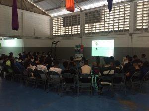 """Jóvenes de 5to año de la """"U.E.N 23 de enero"""" en el Centro Comunal Catia (CECCA) quienes se forman como promotores de paz"""