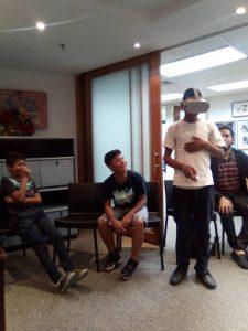 Niños en situación de vulnerabilidad haciendo la visita virtual a la Casa de Ana Frank